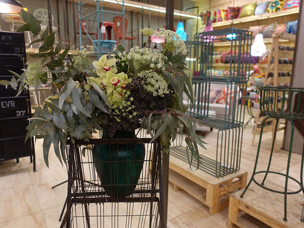 Além dis produtos eu vejo os arranjos rsss Esses são da Gentileza Flores no estande da Ethnix