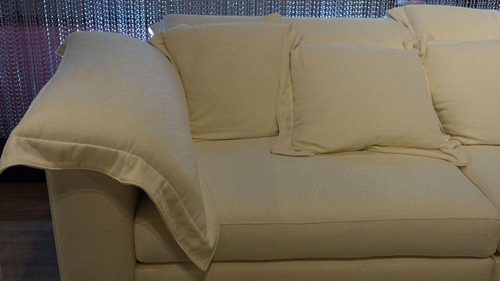 Essas almofadas meio travesseiros estão com tudo. Aqui na Feeling.