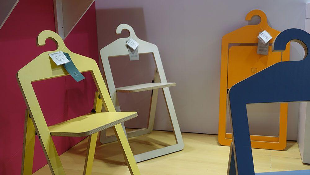Cadeiras que fechadas podem ser penduradas na parede da Umbra
